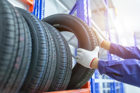 Reifen in einem Reifengeschäft, Ersatzreifenauto, Saisonaler Reifenwechsel, Autowartung und Servicecenter. Reparatur und Austausch von Fahrzeugreifen. Standard-Bild