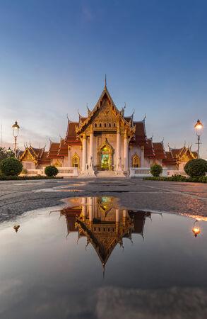 reflexion: Wat Benjamaborphit o templo de m�rmol, agua reflexi�n, Bangkok Tailandia Foto de archivo