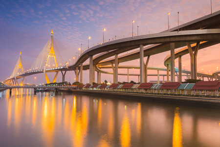 reflexion: Industrail circunvalaci�n de puente a trav�s del r�o en el crep�sculo tiempo con la reflexi�n del agua, Bangkok Tailandia
