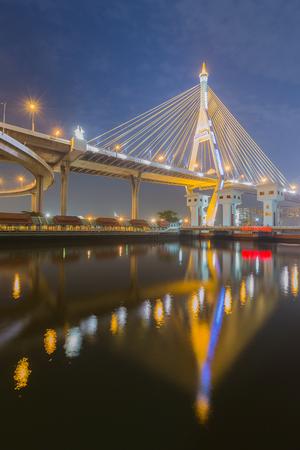 reflexion: Industria C�rculo Puente con la reflexi�n del agua, Bangkok Tailandia Foto de archivo