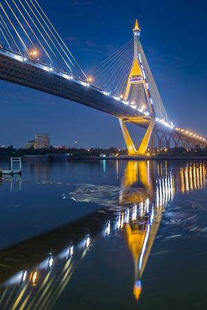 reflexion: Agua v�rtice bajo Industria C�rculo Puente con la reflexi�n del agua, Bangkok Tailandia
