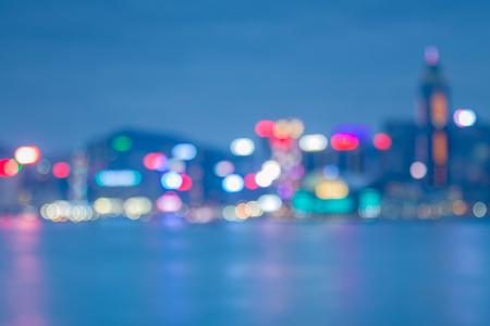 reflexion: Noche luces bokeh de la ciudad de Hong Kong con la reflexi�n del agua