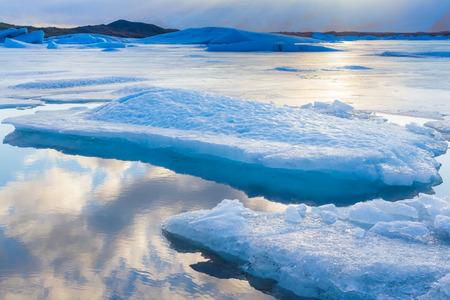 reflexion: Icebergs azules que flotan en la laguna de Jokulsarlon Islandia con el cielo reflexi�n Foto de archivo