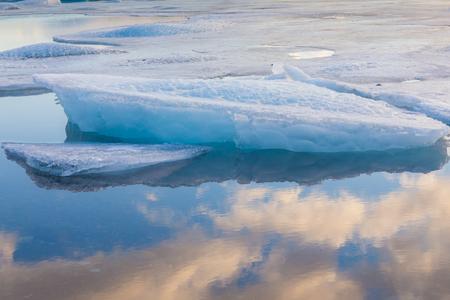 reflexion: Hielo azul flotando en Islandia con el cielo reflexi�n Foto de archivo