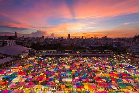 Luchtfoto van de vrije markt met mooie hemel na zonsondergang