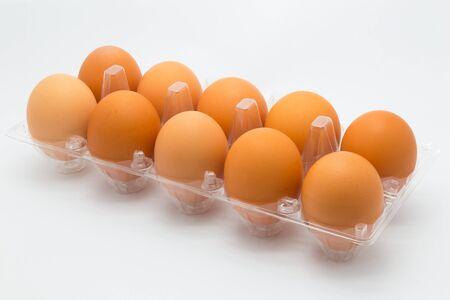 gallina con huevos: Los huevos de gallina en el fondo blanco