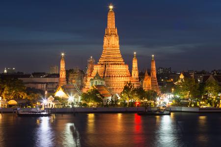 wat arun: Wat arun pagoda temple of Bangkok Thailand, during Twilight