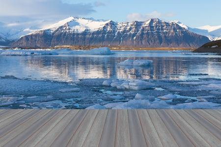 Opening wooden floor, Jokulsarlon lagoon, Beautiful cold landscape picture of icelandic glacier lagoon bay, Iceland 스톡 콘텐츠