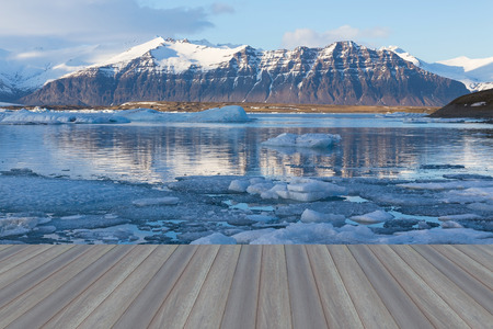Opening wooden floor, Jokulsarlon lagoon, Beautiful cold landscape picture of icelandic glacier lagoon bay, Iceland Standard-Bild