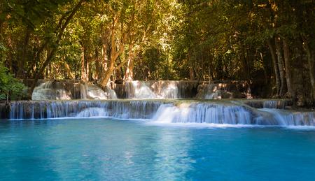 Prachtige tropische blauwe stroom watervallen in diepe woud nationaal park