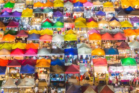 aerial: Arial vista superior techo sobre colorido mercado de fin de semana cerca Foto de archivo