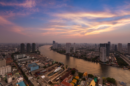 plano: Dramatic sky after sunset over Bangkok main river curved, Thailand