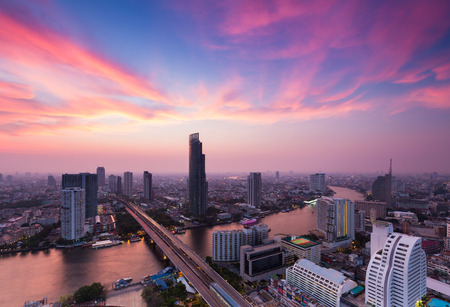 plano: Aerial view in town Bangkok river curved with dramatic sky after sunset