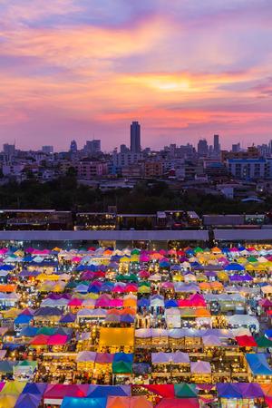 Luchtfoto, meerdere kleuren weekend markt dak met dramatische hemelachtergrond na zonsondergang