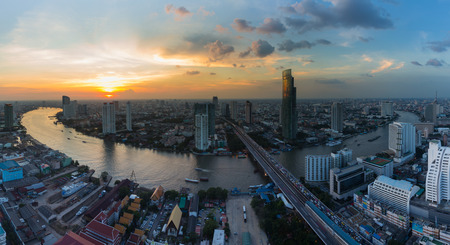 plano: Aerial view beautiful Bangkok river curved during sunset, Thailand