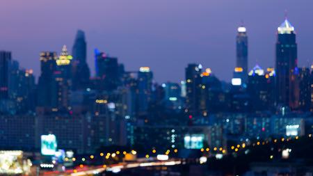 Vage lichte de stadszaken van de nachtmening de stad in, abstracte achtergrond