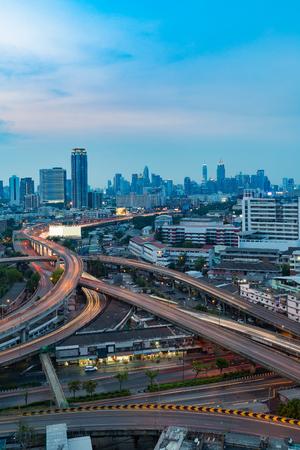 Larga exposición, carretera intercambiada y fondo del centro de la ciudad en el crepúsculo Foto de archivo