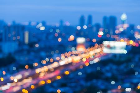 Vista de noche borrosa luz, la ciudad y la carretera durante las horas punta