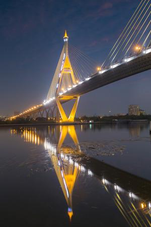 reflexion: vórtice de agua debajo de la Industria Círculo Puente con la reflexión del agua Foto de archivo