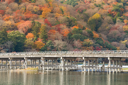 Togetsukyo brug met de kleurrijke bos achtergrond in de late herfst seizoen, Arashiyama Japan Stockfoto