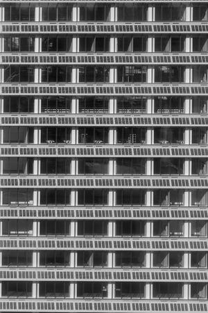 De bureaubouw windown dichte omhooggaande, zwart-witte toon