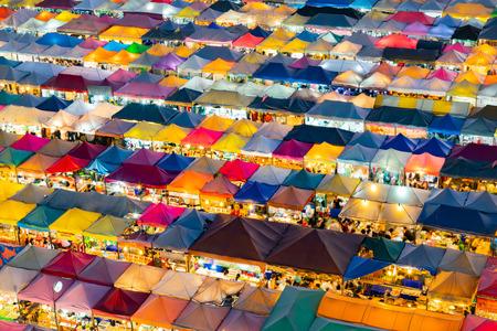 Marché aux puces à pied sur le toit multiple, fond de centre-ville de paysage urbain Banque d'images