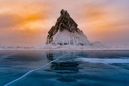 Roccia sul lago di acqua gelata, sfondo paesaggio naturale di stagione invernale Baikal Russia