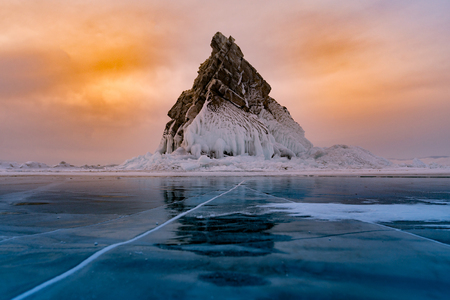 Rock sur le lac de gel de l'eau, Baïkal Russie saison d'hiver fond de paysage naturel