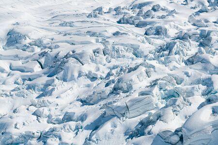 Lleno de nieve blanda en el suelo, fondo de paisaje natural Foto de archivo