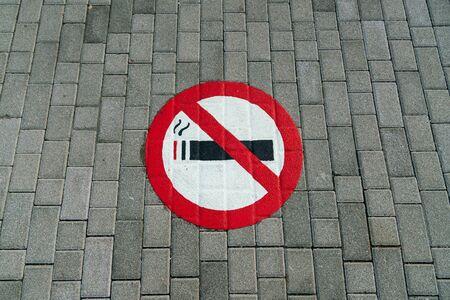 No Smoking sign painting on public foot path Standard-Bild - 140083072
