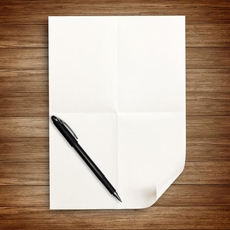 hoja en blanco: papel blanco con l�piz aislados en madera Foto de archivo