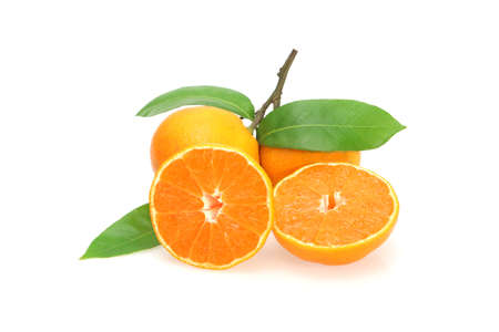 naranja fruta: Fruta dulce de naranja con las hojas en blanco