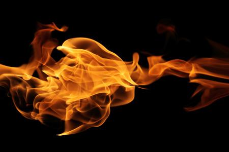 검은 배경에 화재 불길