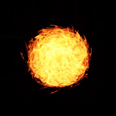 abstractos llamas de fuego bola sobre fondo negro