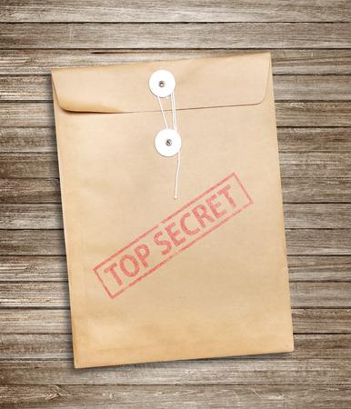 trompo de madera: Top Secret paquete sobre fondo de madera