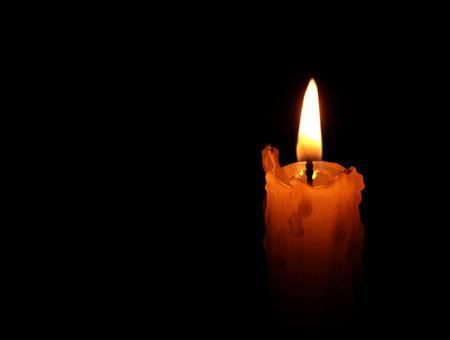 candela: Una fiamma di una candela di notte del primo piano