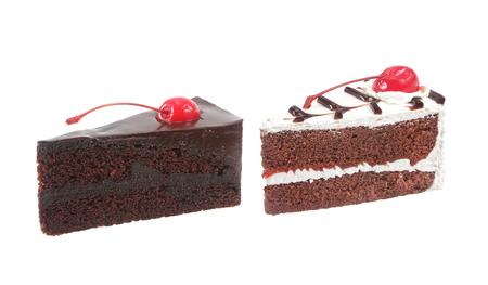 Schokoladenkuchen mit Kirsche isoliert auf weiß Standard-Bild