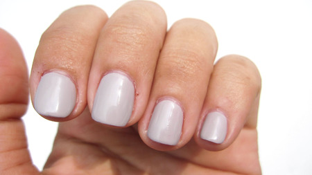 Beautiful nails painted From the nail salon Have a nail wound The result of pulling with the habit of customers.