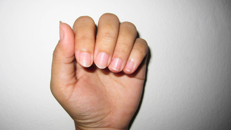 Natural nails that do not care for delicate, no shape and do not have beautiful nail skin, indicates not to take care of both internal and external health.
