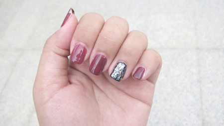 Nails painted From the nail salon Have a nail wound The result of pulling. not have beautiful nail skin, indicates not to take care of both internal and external health.