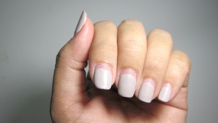 nails painted From the nail salon Have a nail wound The result of pulling with the habit of customers.                         Banque d'images