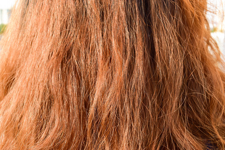 les cheveux pauvres de l & # 39 ; utilisation des produits chimiques dans les filles Banque d'images