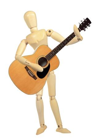 Yellow Holzpuppe play guitar isoliert auf weißem Hintergrund