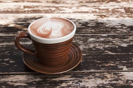 bruine kop warme chocolademelk met romige melk