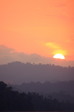 수직의: 산 위에 오렌지 일몰 하늘
