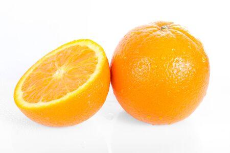 Verse sinaasappel geïsoleerd op witte achtergrond Stockfoto