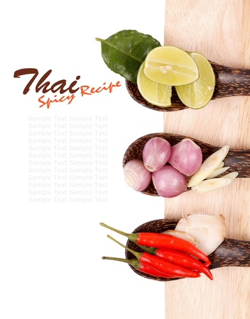 Spicy Thai voedselingrediënten chili, limoen, gember, rode ui, citroengras op houten achtergrond