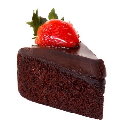 케이크: 흰색 배경에 고립 된 다크 초콜릿 딸기 케이크