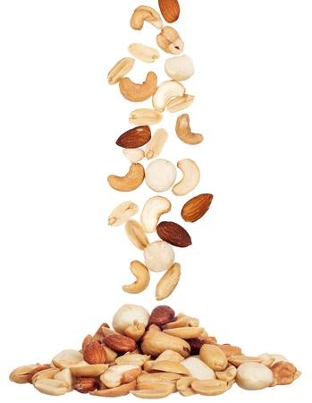 stapelen van macadamia, amandel en cashewnoten op een witte achtergrond