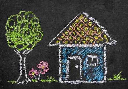 dessin enfants: Illustration colorée de craie de la maison par enfant sur le tableau noir